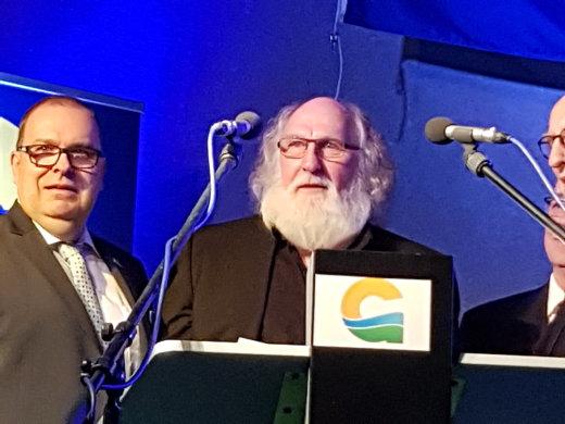 Bgm. Thorsten Krüger (SPD) ehrt Kurt Hebener mit dem Bürgerpreis der Stadt Geestland