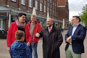 V. l.: Katja Brößling, Thomas Fahse, Martin Schulz, Tiemo Wölken und ein Jungwähler)